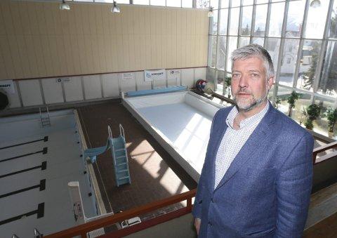 KrFs Boy Arne Buyle mener det er mange spørsmål som må besvares når det nå blir ny utsettelse av bassengåpningen.