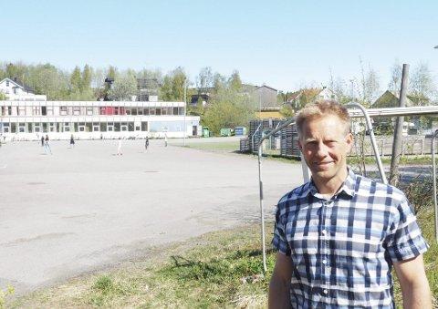 Midlertidig skolebygg: I området bak kommunalsjef Lars Norman Andersen planlegges modulbygget på til sammen 1.200 kvadratmeter ført opp. Det er søkt om dispensasjon fra kommunedelplan og reguleringsplan for bygget, som vil være i to etasjer.Foto: Terje Næsje