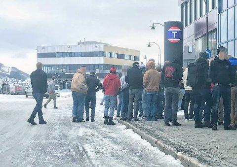 SMITTEVERN: Det var ikke mye som minnet om smittevern da to busser med soldater ankom Tromsø.