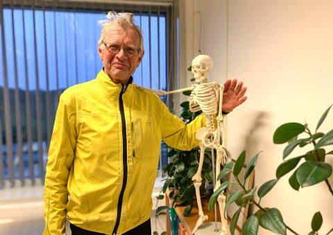 Etter å ha syklet fra hjemmet i Sandnes til legesenteret på Ålgård, tar doktor Erik Olai Hauge fatt på nok en arbeidsdag. I april neste år har han sin siste arbeidsdag.