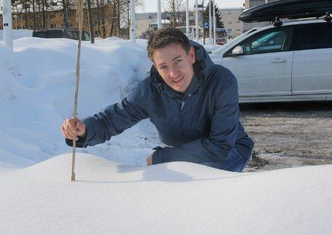 SJEKK SNØDYBDEN: Nyhetsredaktør Terje Sundby og Glåmdalen skal finne stedet i distriktet med mest snø, men behøver din hjelp.