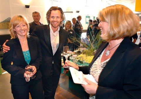 """Ari Behn var en viktig designer for Magnor glassverk, og en god venn med dem han ble kjent med der. Hans servise og krystallglass i serien """"Peacock"""" ble veldig godt mottatt. Her fra presentasjonen i 2007. Markedssjef Lena Klanderud er her til høyre, og til venstre salgskonsulent Wenche Amundsen."""