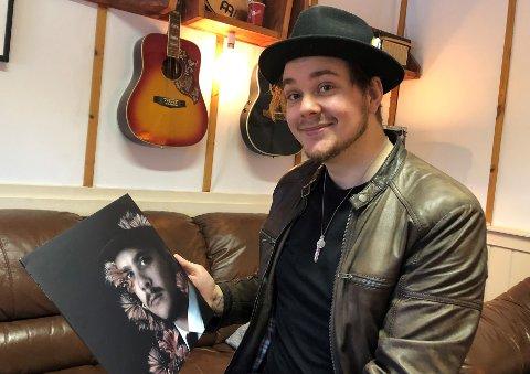 STOLT: Endelig kan han gi ut albumet «Jeg har aldri tapt meg selv».  Fredag åpner han låvedøra i Lautgutua og inviterer til plateslipp.