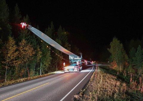 SPEKTAKULÆRT: Å frakte vindmølleblader er en diger jobb. Denne gangen fikk transportøren ros.