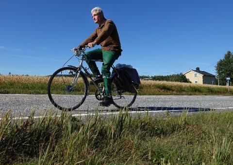 Eivind Sandøy på Åsnes Finnskog på veg ut på to hjul for å samle søppel fra grøftene langs veiene.