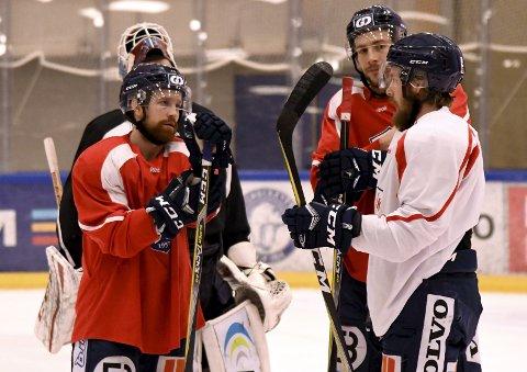David Morley (t.v.) diskuterer med Brett Cameron og Joey Benik da aller tre var i Lillehammer i 2018.