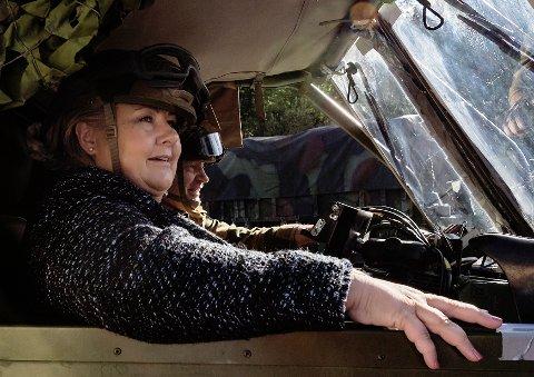 Med ett år igjen til kommunevalget er statsministeren Erna Solberg på storbyturné med blant annet besøk på HV 12 garnison på Værnes. Her passer hun MG3 maskingeværet med kaptein Jonny Schjetne bak rattet.