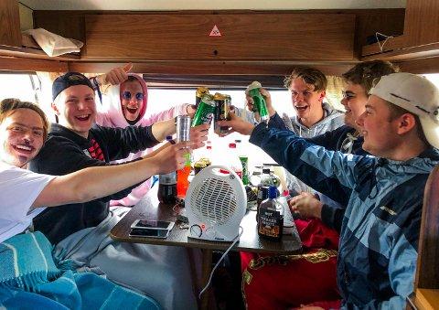 Det var god stemning i campingvogna der Markus Stensen, Sander Hagen Bye-Jensen, Hans Marius Liheim, Fredrik Limoseth Sveen, Sebastian Fjerdingstad og August Johansen fra Hamar og Løten var samlet. Dagen før var de ti stykker på plass i det lille krypinnet.