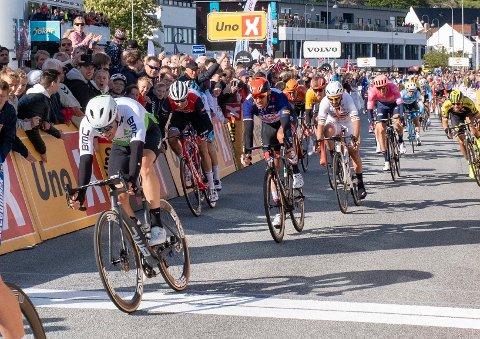 Edvald Boasson Hagen og Alexander Kristoff krysser mål i spurten under Tour of Norway etter den andre etappen fra Kvinesdal til Mandal.