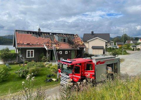 PÅ PLASS IGJEN: Brannmannskaper utenfor huset i Kastbakkvegen mandag formiddag.