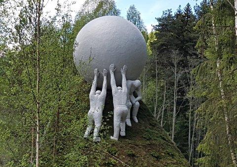 IMPONERENDE: Årets nye, imponerende tilskudd til skulpturparken, «Ballen», av den russiske kunstneren Ilya Kabakov, vakte berettiget beundring hos et tallrikt og overrasket publikum.