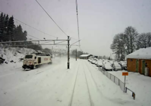 Bildet er et stillbilde fra overvåkingkameraets video der toget kjører gjennom Roa stasjon i 75 kilometer i timen. Bildet er gjengitt med tillatelse fra Havarikommisjonen.