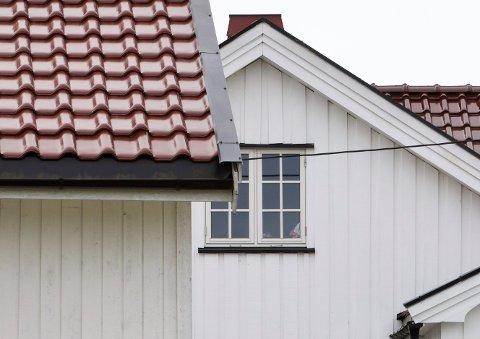 UNDERSØKELSER: Politiet gjorde undersøkelser ved denne boligen på Romerike etter pågripelsen torsdag kveld.