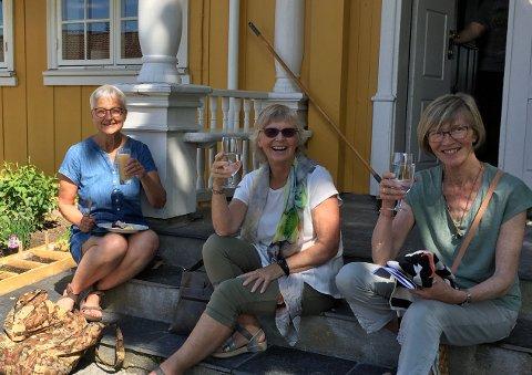 Inger Bjugstad, Solveig Avenes og Jorun Eide lesker seg med kaldt drikke på trappa til Granavolden gjæstgiveri etter en begivenhetsrik dag.