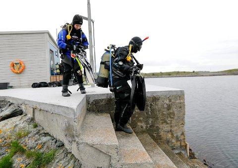 Ane Byrkjeland (13) og Malin Rasmussen (23) på vei ut i vannet i Kvalsvik.