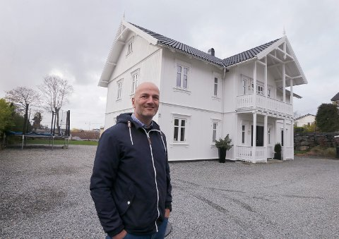 FORTSATT TIL SALGS: For første gang i Haugesund ble interesserte boligkjøpere invitert til å prøvebo i huset. Men noe salg har det ikke blitt. Her fra reportasjen Haugesunds Avis laget om det spesielle stuntet, med eiendomsmegler Roar Bjørntvedt.