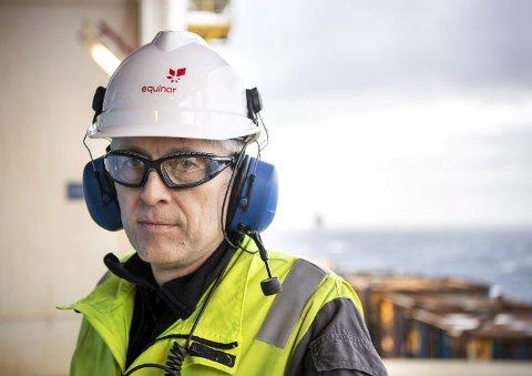 ET LIV OFFSHORE: Tore Grønås har jobbet i oljebransjen hele sitt voksne liv. Nå er han plattformsjef og har ingen planer om å skifte yrke. Oljepumpene her ute i Nordsjøen går fortsatt på høygir. Bømlingen regner med å fortsette offshore helt til han går av som Equinor-pensjonist. FOTO: ANDERS KJØLEN