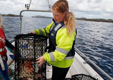 LITE SAMFUNN: Føybu Elvira Kristin Svendsen forteller at ulykken preger det lille øysamfunnet.  Arkivfoto: Harald Nordbakken