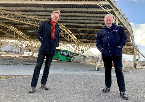 MÅKÅ: Snart forsvinner det karakteristiske og forfalne overbygget på Flotmyr. Atle Strønstad og Petter Steen jr. var  begge involvert da passasjerene fikk tak over hodet i 1997.
