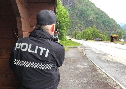 KONTROLL: Geir Telle fra Hardanger lensmannsdistrikt en laserkontroll på Viskjer i juni.