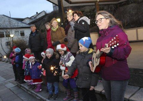NYTTÅRSKONSERT: En del av dem som stiller opp på scenen under nyttårskonserten i januar varmer opp på paviljongen i Sandnessjøen sentrum.Foto: Jarl G. Sandholm