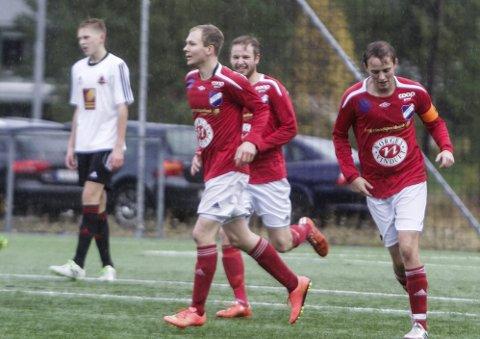 OPPRYKK: Tom Inge Pettersen ordnet to scoringer i Bodø, og nå er Grane IL i 4. divisjon neste år. Lars Moheim (t.h.) og Erling Paulsen har trent laget denne sesongen. Foto: Per Vikan