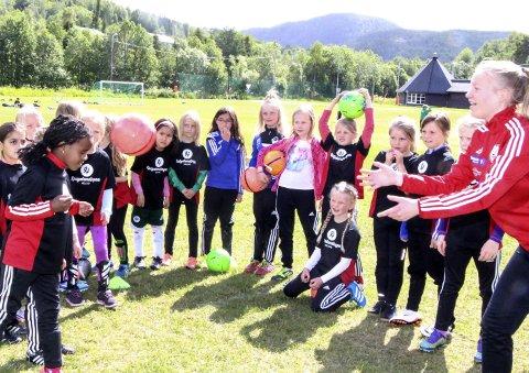 FOTBALLSKOLE: I fjor var det godt vær og god stemning på Helgelendingens fotballskole.