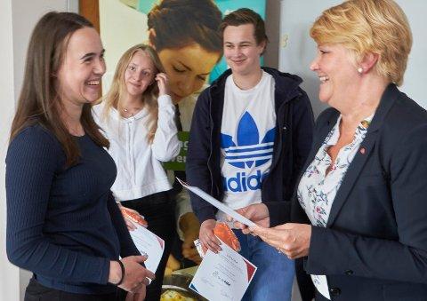 HEDER: Katrine Hågensen vant gullmedalje i Skole NM yrkesfag 2017 i tømrerfaget. Karoline Helene Nordgård, servitørfaget og Markus Stoltz Sørvoll, anleggsmaskinførerfaget fikk bronsemedaljer. Hild-Marit Olsen, fylkesråd for utdanning, delte ut diplom.