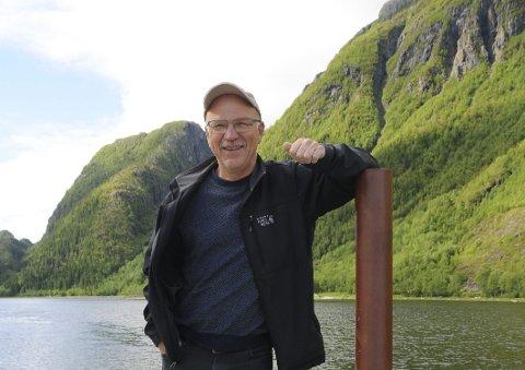 STANG UT: Vidar Johansen er godt fornøyd med at Vefsna er friskmeldt. Nå venter snart fire døgns laksefiske på veteranen som håper at en ny generasjon oppdager gleden.