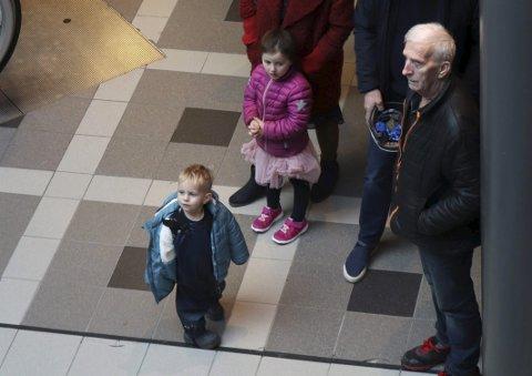Publikum: Både ung og gammel fikk med seg korsang i handlerushet på Sjøsiden Senter.