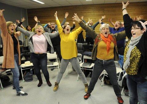 LIKE FØR FESTEN: De sparer ikke på kreftene og humøret, de om lag 20 sangerne som i dag utgjør den harde kjerne i Halsøy Songkor. Koret er nærmest halvert siden velmaktsdagene på 1980-tallet, men sanggleden er like stor, og de søte grisefjesene er klar til 75-årscabaret lørdag. Foran fra venstre Åsta Lundestad, Ann Kristin Iversen, Solveig Kure Gravbrøt, Beret Fossberg og Gjertrud Lindquist.    4. LEDERDUO: Lederverv er ikke det mest populære i korverdenen, men Åge Ystad og Gjertrud Lindquist har påtatt seg å være sjef og nestkommanderende i jubileumsåret.