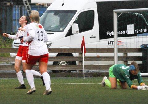 AVGJORDE: Emilie Wiik (t.v.) var en trussel for SIL-forsvaret hele kampen. Her har hun pirket hun ballen forbi SIL-keeper Inis-Jeanette Kristiansen Zahl og ballen trillet i mål til 1-0.