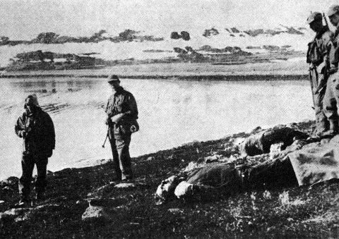 BRUTALT SYN: Dette bildet fra åstedet er sannsynligvis tatt om kvelden 6. mai 1945. Da var konstituert lensmann Berner Hansen og norske politisoldater på Hopseidet.Foto: Riksarkivet