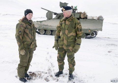 Avviser beskyldninger: Admiral Nils-Andreas Stensønes avviser at denne kvinnelige offiseren, eller andre i Panser-bataljonen skal sendes på «selvmordsoppdrag» til Porsangmoen. Foto: Tor Kjetil Kristoffersen