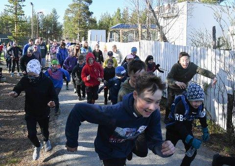 BOLYSTUKA: Det er aktiviteter og arrangementer i Karasjok hele uka. Her fra starten av Niitošjogaš-trimmen mandag.
