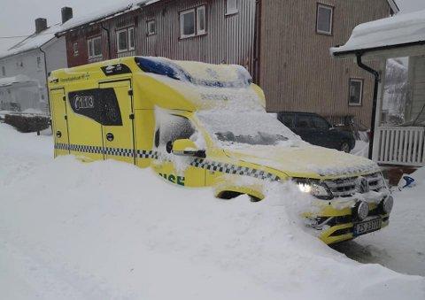 BRØYTET INNE: Når ambulansen har blitt brøytet inne, tar det lenger tid å rykke ut på oppdrag.