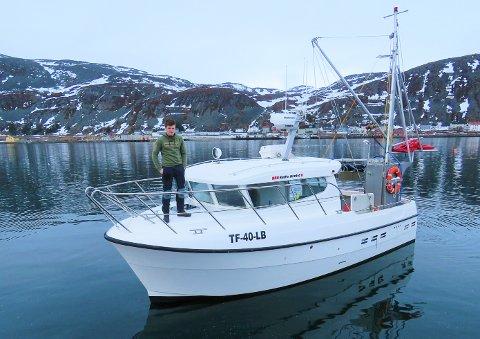 """FLOTT SJARK: Her er skipper David Ingilæ med nyervervelsen,  speedsjarken """"Polarbjørn"""" av type Selfa Arctic Toppfarten er 24 knop, men normal gangfart er 8-12 knop. Det er dyrt å gå veldig fort.. Prislappen var 2,3 millioner, mens torskekvote ble kjøpt for det samme."""