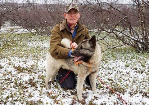 FÅR IKKE BRUKT ELGHUNDEN: John Isak Nilsen Sara er frustrert over reservelistaordningen til FeFo for elgjegerne. Han reagerer på at de som sto bak han på lista fikk tilbud om elgvald i Kautokeino.