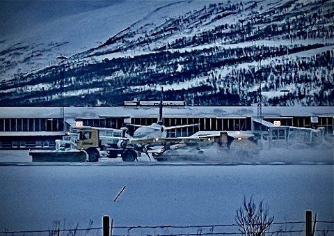 KREVENDE: Flere fly har problemer med å komme seg ned i Tromsø.