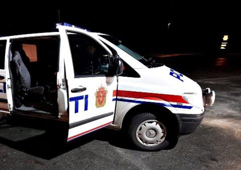 DØMT: To inderøyninger er dømt for promillekjøring. På vei inn til Legevakten i Steinkjer ødela én av dem et lys i taket i politibilen. I tillegg urinerte vedkommende i bilen.