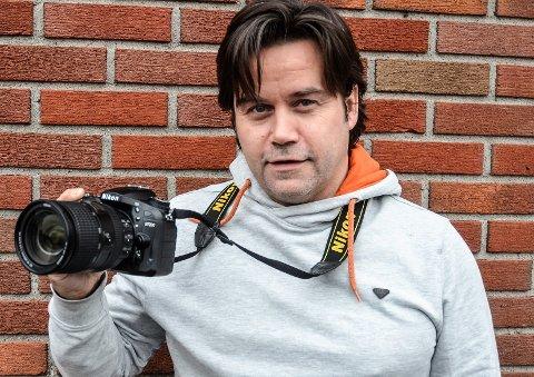 LIKER ALDEREN: Journalist Trym Helbostad er inne i sin andre periode i Indre Akershus Blad. – Å fylle 50 år føles ikke nevneverdig forskjellig fra å fylle 40, mener hølendingen.