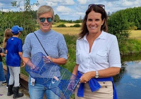 Kommunedirektør Inger Hegna (t.v.) og kommunalsjef for kultur og medvirkning Anne Kirsti Johnsen fikk bli med da elevene i sommerskolen satte ut krepseteiner.