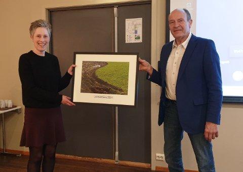 UTDELING: Anne Frøyland Grødem fekk onsdag kveld overrekt jordvernprisen for 2021 av Olaf Gjedrem, leiar i Jordvernforeningen i Rogaland.
