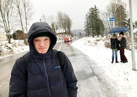 INGEN BUSS: Vetle Amundsen (18) er blant dem som er rammet av innstilte bussavganger i Holmestrand tirsdag morgen.