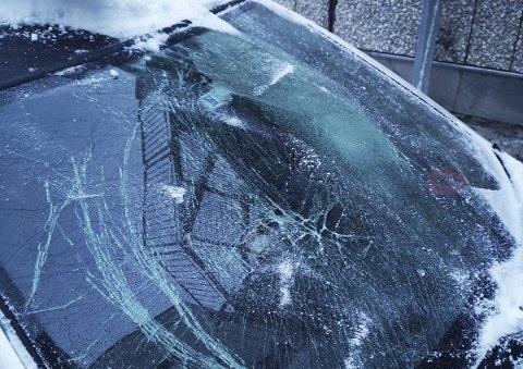 Ødelagt: Bilen til Anine Hogstvedt i Langgaten fikk frontruta knust natt til lørdag.foto: Privat