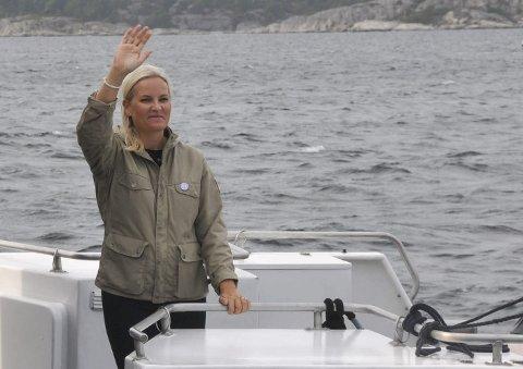 Farvel: Kronprinsesse Mette-Marit vinker farvel til Jomfruland.