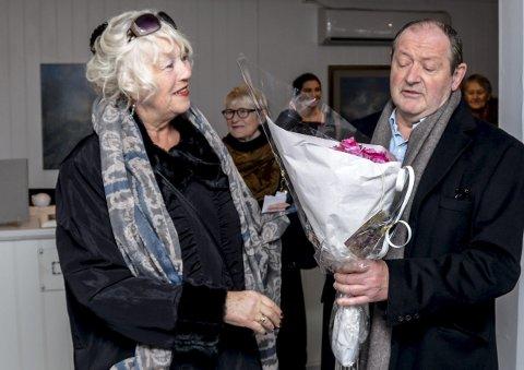 Blomster: – Dette er en hilsen fra meg og galleriet i Løkka, sa Christina Kløvig til kunstneren.