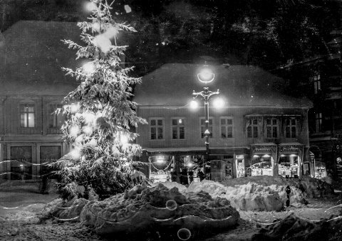 STEMNINGSFULLT: Juletreet på Torvet var da som nå selve midtpunktet i den lille julebyen, Kragerø.