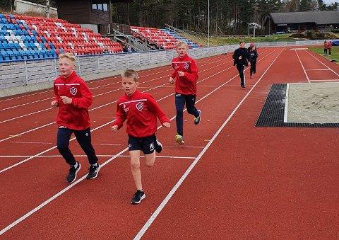 1500 METER: Det var heile 10 deltakarar på 1500 meter. Her fører Heine og David an, med Ådne hakk i hæl. (Foto: IL Trio).