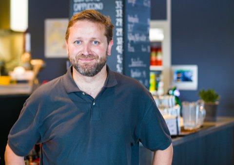 Henrik Høyer er eier og driver av Møtepunktet café på Berja.